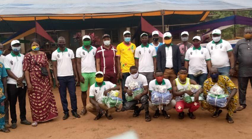 Don de matériels sportifs: Les Amis de ''Félicien HOUNKANRIN'' galvanisent la jeunesse d'Akpro-Missérété.