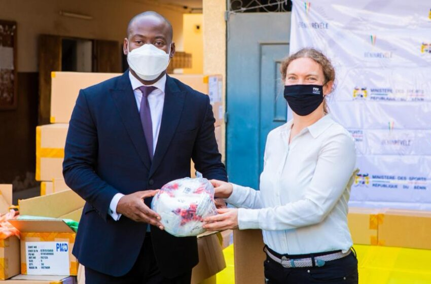 Développement du football à la base: La FIFA fait don d'équipements sportifs au Bénin