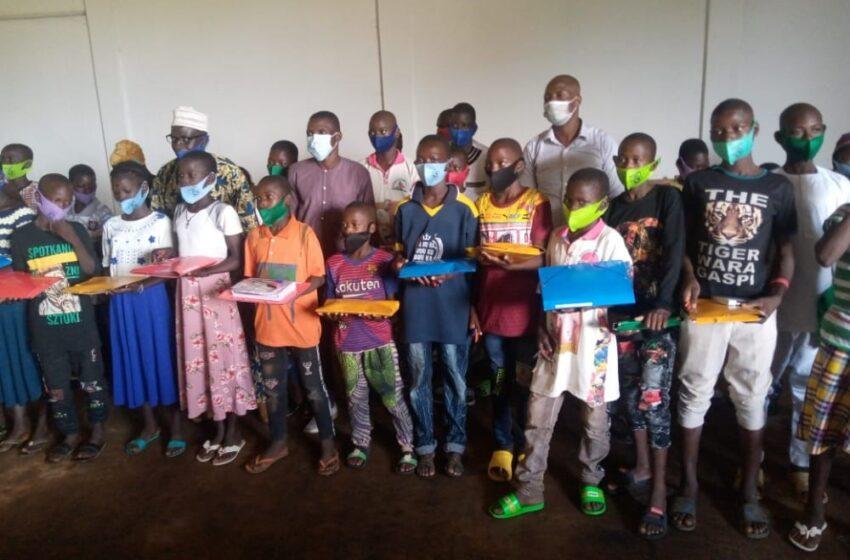 Don de kits scolaires aux élèves de Kpébié: Œuvre utile du duo Gandé et Bata